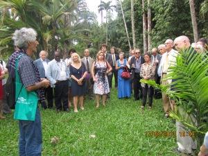 homenagem a Alexandre-Charles Kiss, jurista já falecido, unto a uma árvore que ele havia plantado, em 1992, durante a Rio + 10, no Jardim Botânico.